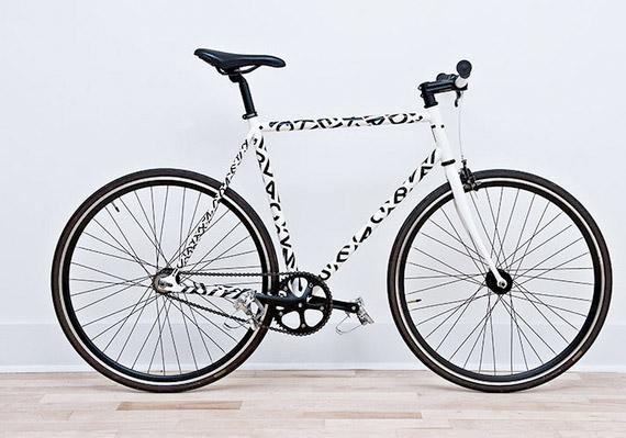 Vélo fixie avec la fonte helvetica