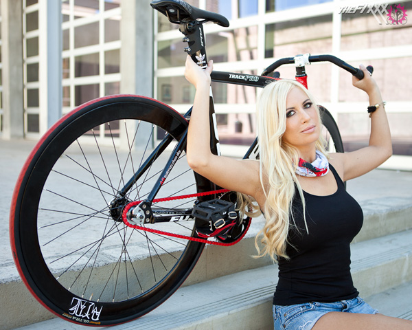 fixie-sexy-fille-blonde